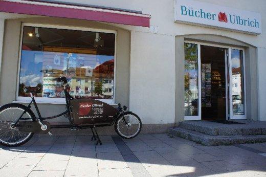 Bücher Ulbrich Lastenfahrrad geparkt vor der Buchhandlung